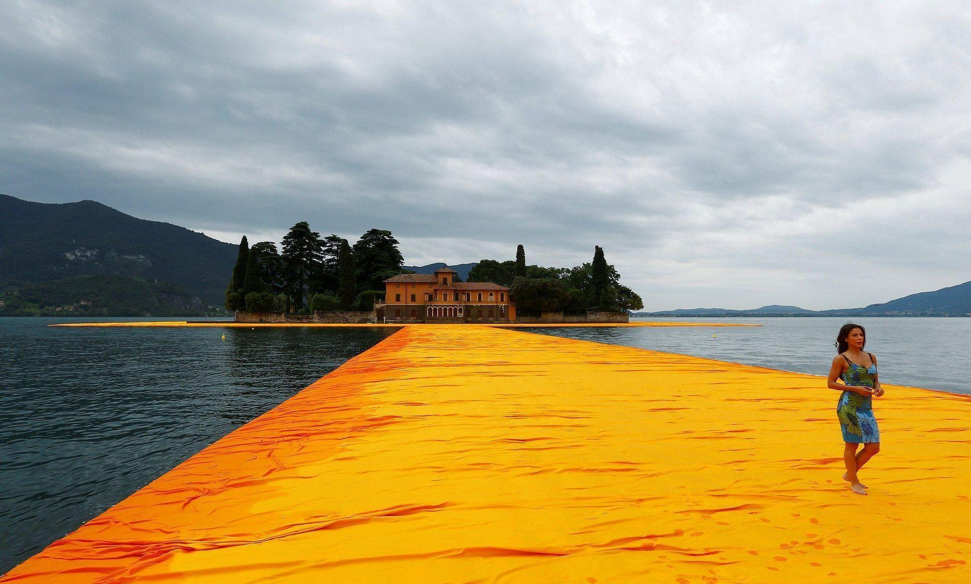 fcd6cd68a19 Το όνειρό του έγινε επιτέλους πραγματικότητα! Ο εικαστικός καλλιτέχνης  Christo κατάφερε να περπατήσει στο νερό. Μεταφερόμαστε στην Ιταλία, στο  όμορφο ...