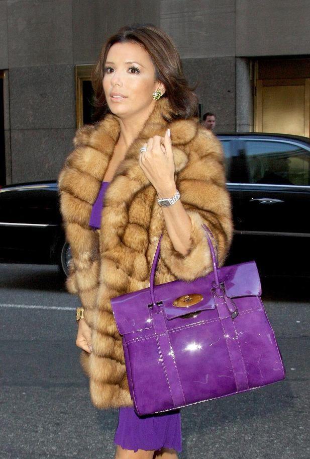Η Eva Longoria με μια μωβ Bayswater τσάντα
