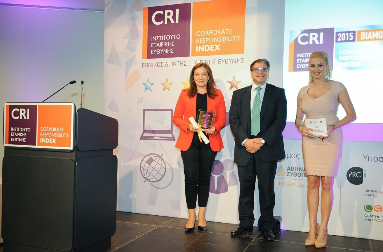 Η Executive Director Εταιρικής Επικοινωνίας του Ομίλου ΟΤΕ, κα Ντέπη Τζιμέα, παραλαμβάνει το βραβείο για τη διάκριση «Diamond» από τον CEO της Αθηναϊκής Ζυθοποιίας, κ. Ζωούλλη Μηνά