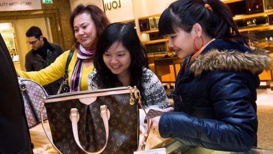 2779fdaf18 Κινέζοι ψωνίζουν Louis Vuitton στο Harrods του Λονδίνου