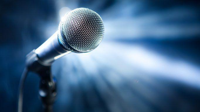 μικροφωνο-τραγουδιστης