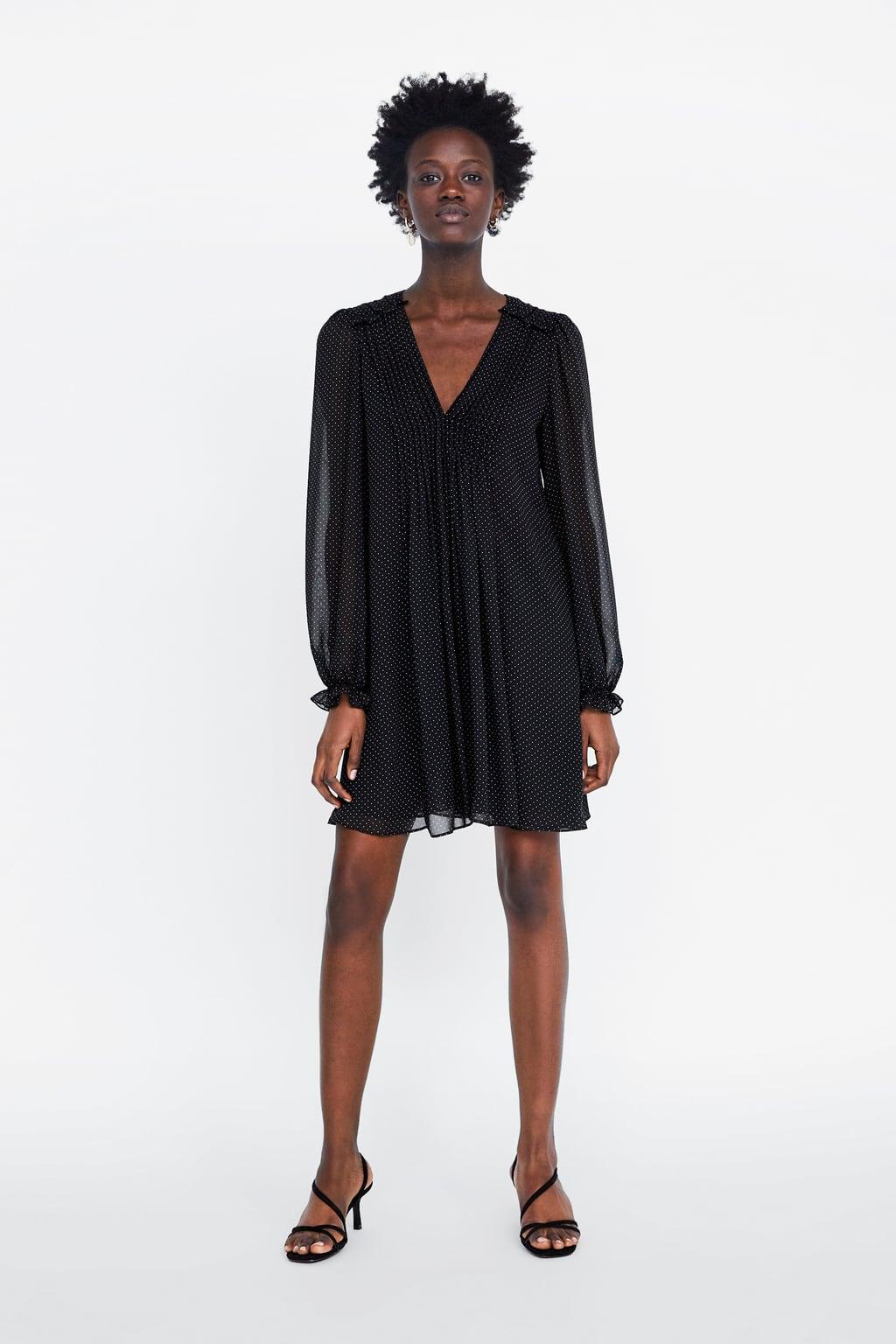 Ριχτό φόρεμα με V ντεκολτέ και μακρύ μανίκι που καταλήγει σε μανσέτα με  λάστιχο. Λεπτομέρεια πιέτες στο μπροστινό μέρος. Εσωτερική φόδρα από το  ίδιο ύφασμα. 7df2b4e5ba8