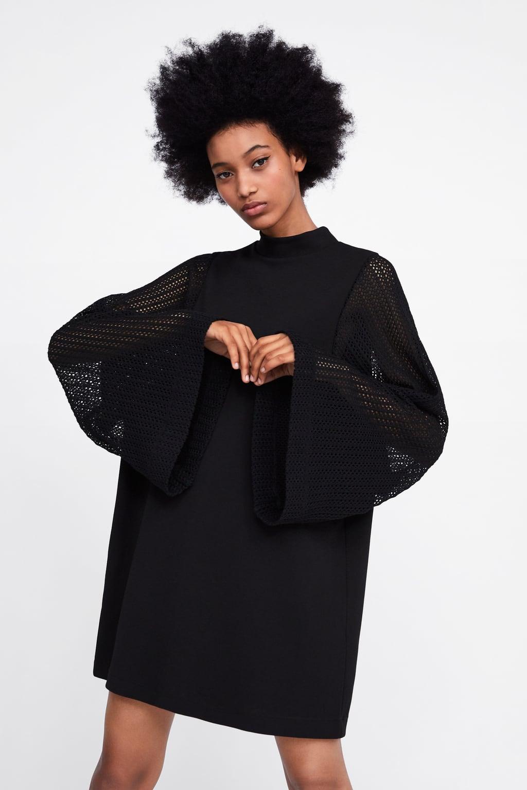Φόρεμα με όρθιο γιακά και μακρύ φαρδύ μανίκι σε συνδυασμό. Γραμμή εβαζέ. 7b1040352de