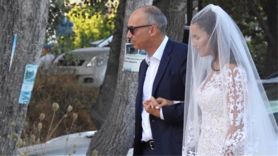 Η εγγονή του μεγαλοβιομηχάνου Κάρολου Φιξ, Καρολίνα Σαμπάνη παντρεύτηκε τον αγαπημένο της Κωνσταντίνο Σαντίκο, στη Σκιάθο