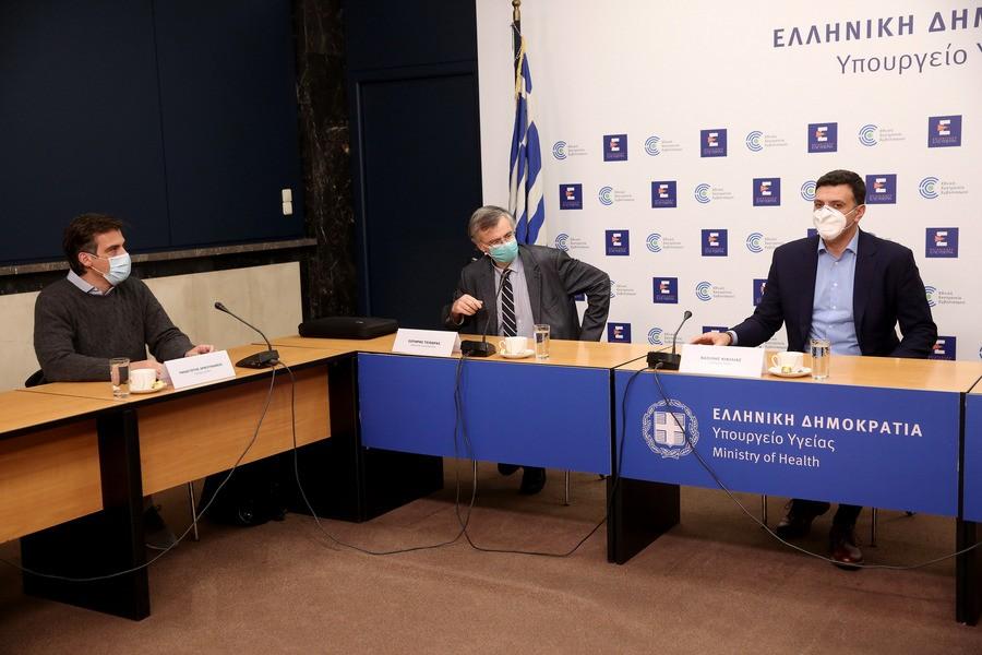 Ο υπουργός Υγείας Βασίλης Κικίλιας (Δ), ο πρόεδρος του ΕΟΔΥ Παναγιώτης Αρκουμανέας (Α) και ο καθηγητής Σωτήρης Τσιόδρας (Κ), κατά τη διάρκεια της σύσκεψης στο Υπουργείο Υγείας, την Παρασκευή 22 Ιανουαρίου 2021.ΑΠΕ-ΜΠΕ/ΟΡΕΣΤΗΣ ΠΑΝΑΓΙΩΤΟΥ
