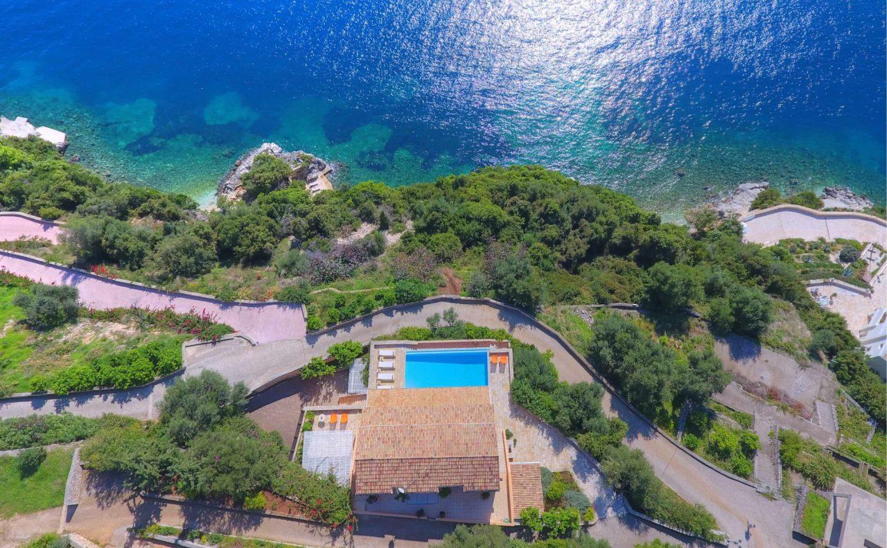 Iris: Μία ρομαντική κατοικία στην Κέρκυρα με τρεις ιδιωτικές παραλίες
