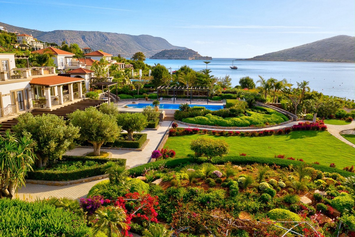Eclectic Living: Μία ονειρική βίλα στην Ελούντα με θέα τη Μεσόγειο
