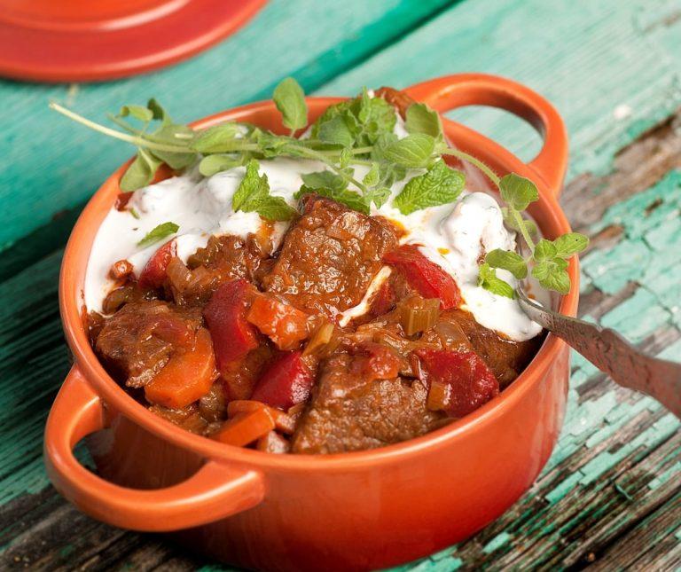 Μοσχάρι κατσαρόλας µε λαχανικά και σως γιαουρτιού: Μία σπιτική συνταγή για το τραπέζι της Δευτέρας