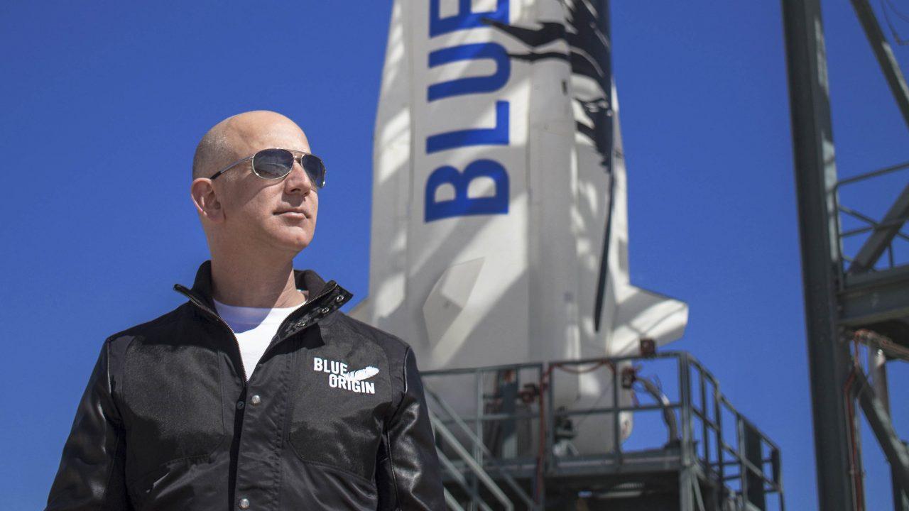 Τζεφ Μπέζος: Ολοκλήρωσε σε έντεκα λεπτά την πτήση του στο διάστημα