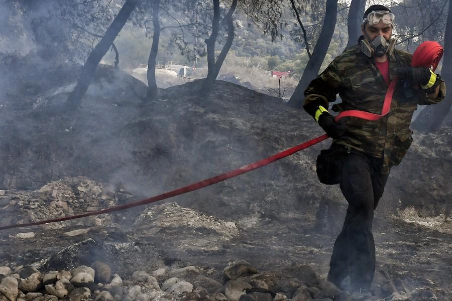 Πυρκαγιά στην Κορινθία: Τρία ενεργά μέτωπα, βελτιωμένη η κατάσταση