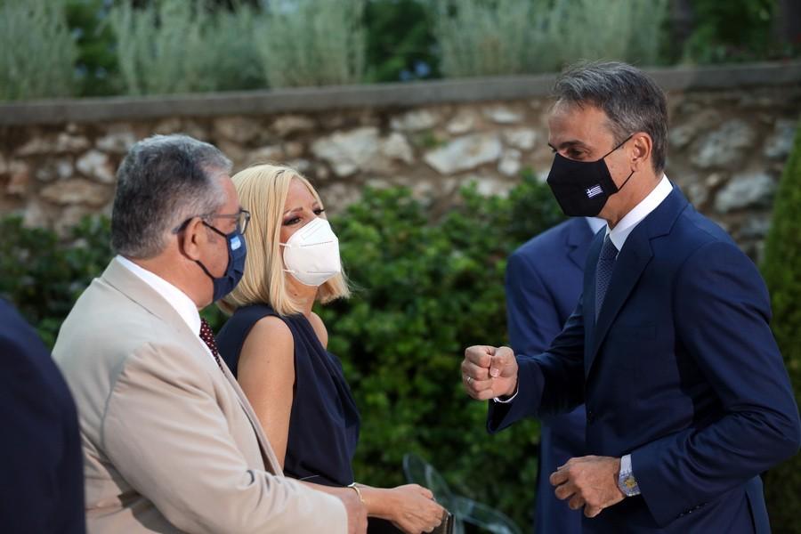 Προεδρικό Μέγαρο: Μετάλλαξη Δέλτα, ανεμβολίαστοι και ελληνοτουρκικά κυριάρχησαν στα πηγαδάκια για την επέτειο Αποκατάστασης της Δημοκρατίας