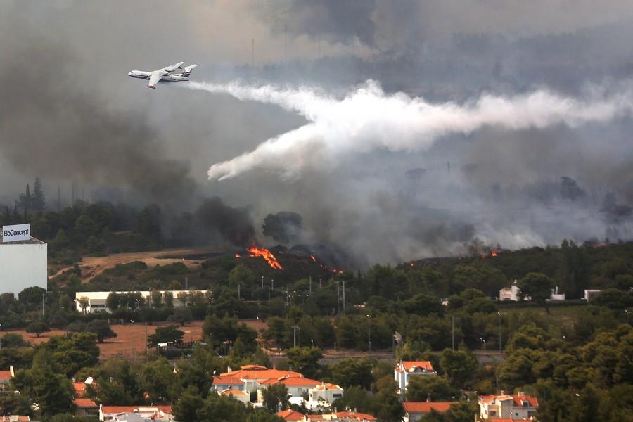 Πυρκαγιά στη Βαρυμπόμπη: Εκκενώνονται σπίτια, ενισχύονται οι πυροσβεστικές δυνάμεις