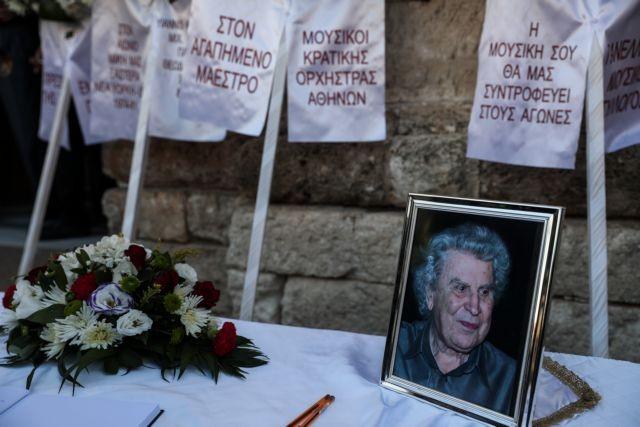 Μίκης Θεοδωράκης: Συγκινητικές στιγμές και σήμερα στο κοιμητήριο του Γαλατά