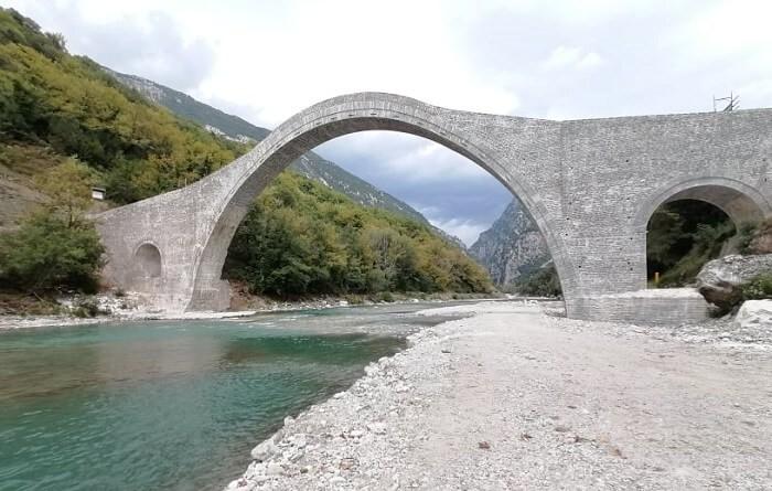 Γεφύρι της Πλάκας: Η Λίνα Μενδώνη παρέλαβε το Βραβείο Ευρωπαϊκής Κληρονομιάς για το έργο αποκατάστασης